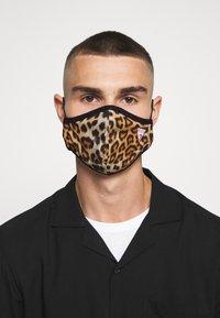 Guess - FACE MASK - Maschera in tessuto - full leo - 3