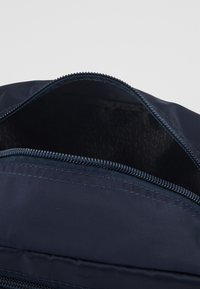Guess - SMART UTILITY CASE - Trousse de toilette - navy