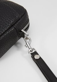 Guess - DAN SMALL NECESSAIRE - Schoudertas - black - 6