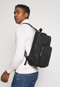Guess - DAN LOGO BACKPACK - Reppu - black - 1