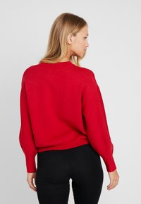 Guess - EMBOSSED LOGO SWEATER - Trui - planet red - 2