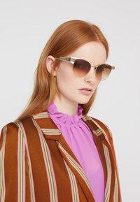Gucci - Sluneční brýle - ivory/gold-coloured/brown - 1