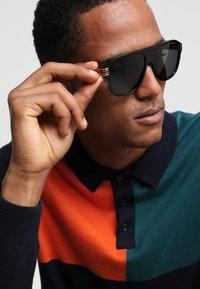 Gucci - Okulary przeciwsłoneczne - black/gold/grey - 1