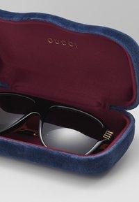 Gucci - Okulary przeciwsłoneczne - black/gold/grey - 2