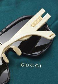 Gucci - Okulary przeciwsłoneczne - black/ivory/grey - 2