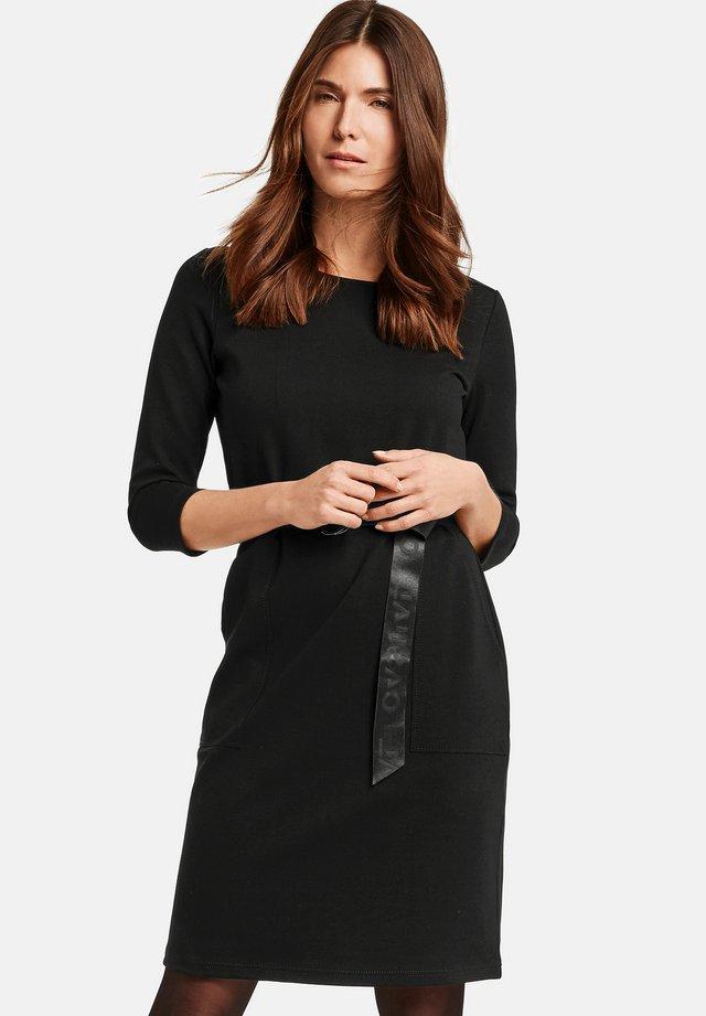 MIT GÜRTEL - Korte jurk - black