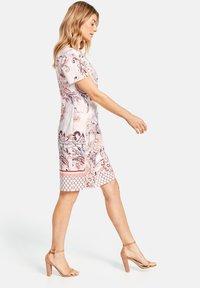 Gerry Weber - KLEID GEWEBE KLEID MIT ALLOVERDESSIN - Korte jurk - pink/tobacco/flamingo print - 2