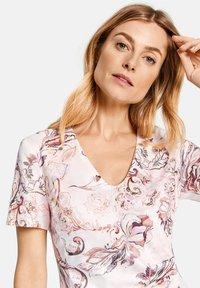 Gerry Weber - KLEID GEWEBE KLEID MIT ALLOVERDESSIN - Korte jurk - pink/tobacco/flamingo print - 3