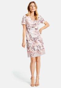 Gerry Weber - KLEID GEWEBE KLEID MIT ALLOVERDESSIN - Korte jurk - pink/tobacco/flamingo print - 0