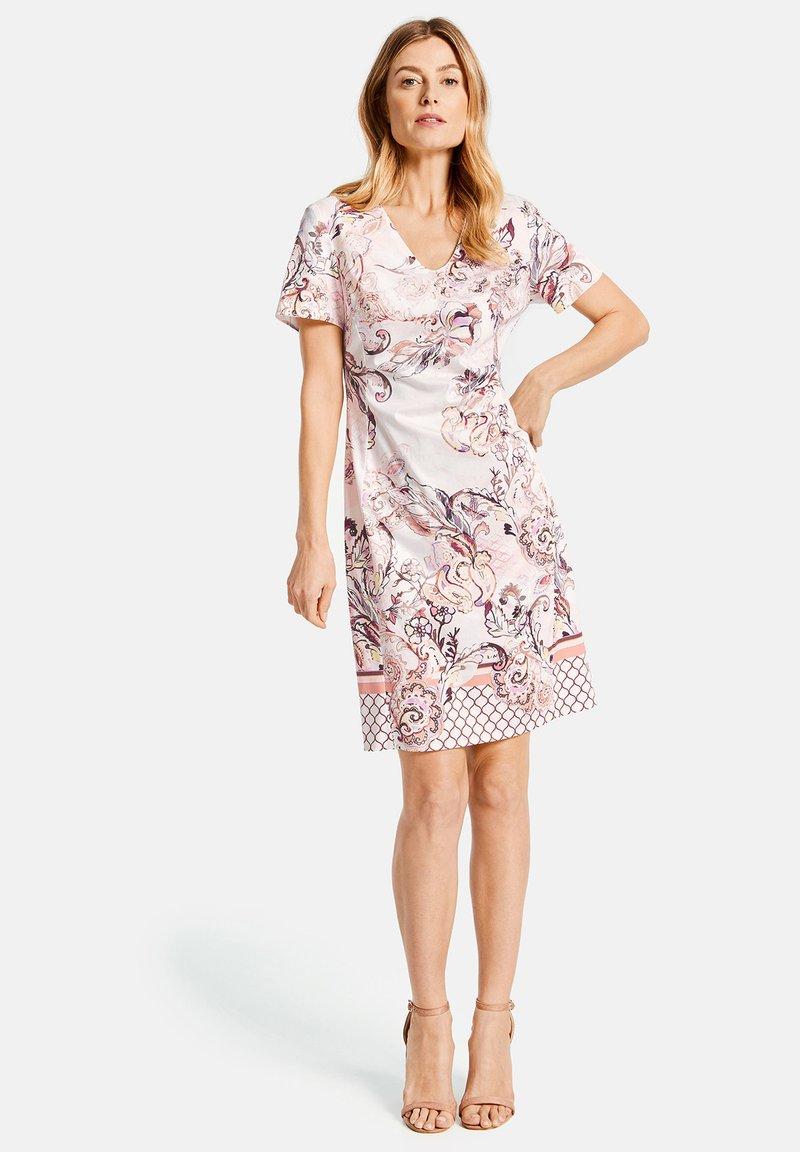 Gerry Weber - KLEID GEWEBE KLEID MIT ALLOVERDESSIN - Korte jurk - pink/tobacco/flamingo print