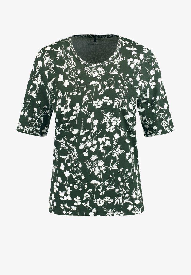T-SHIRT 1/2 ARM T-SHIRT MIT ZIERGRÄSERN - T-shirt imprimé - grün/ecru/weiss patch