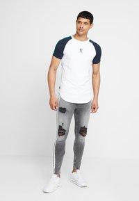 Gym King - LIGHTNING JACK SIDE TAPE - Jeans Skinny Fit - grey - 1