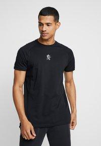 Gym King - KHAN FITTED - T-shirts print - black - 0