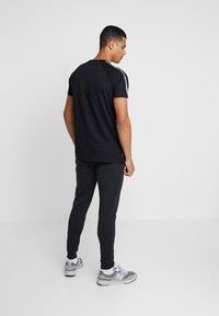 Gym King - KHAN FITTED - T-shirts print - black - 2