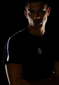 Gym King - KHAN FITTED - T-shirts print - black - 3