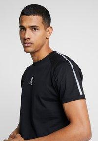 Gym King - KHAN FITTED - T-shirts print - black - 5