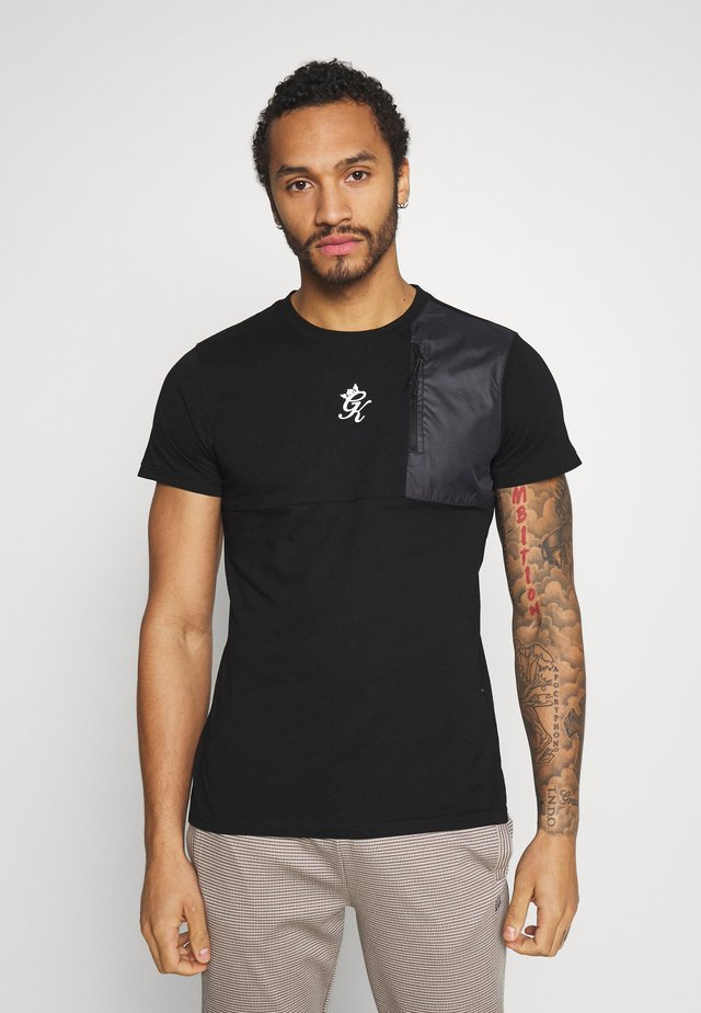 WITH PANEL OVERLAY - T-shirt med print - black