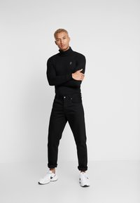 Gym King - MUSCLE FIT ROLL NECK  - Stickad tröja - black - 1