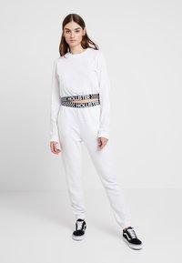 Hollister Co. - HIGH RISE JOGGER WITH LOGO ELASTIC BAND - Pantalon de survêtement - white - 1
