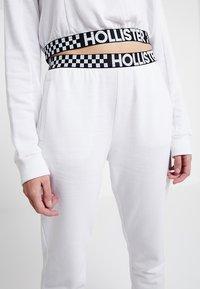 Hollister Co. - HIGH RISE JOGGER WITH LOGO ELASTIC BAND - Pantalon de survêtement - white - 4