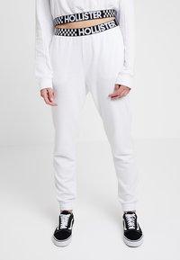 Hollister Co. - HIGH RISE JOGGER WITH LOGO ELASTIC BAND - Pantalon de survêtement - white - 0