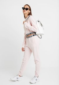 Hollister Co. - HIGH RISE JOGGER WITH LOGO ELASTIC BAND - Pantalones deportivos - pink - 2