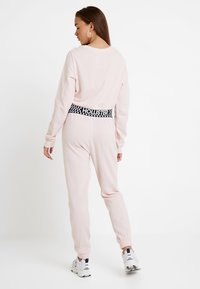 Hollister Co. - HIGH RISE JOGGER WITH LOGO ELASTIC BAND - Pantalones deportivos - pink - 3