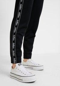 Hollister Co. - Teplákové kalhoty - black - 3