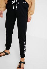 Hollister Co. - LOGO JOGGER - Pantalon de survêtement - black - 3
