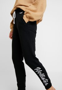 Hollister Co. - LOGO JOGGER - Pantalon de survêtement - black - 4
