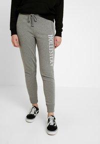 Hollister Co. - LOGO JOGGER - Spodnie treningowe - streaky grey - 0