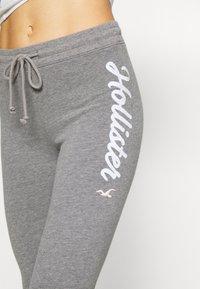 Hollister Co. - LOGO FLEGGING - Teplákové kalhoty - grey - 4