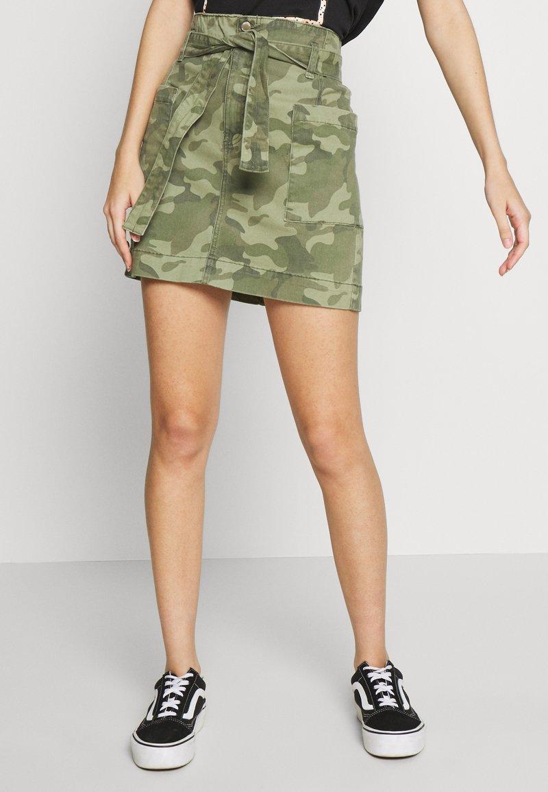Hollister Co. - UHR CAMO TWILL TIE WAIST - Minifalda - olive camo