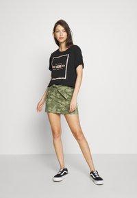 Hollister Co. - UHR CAMO TWILL TIE WAIST - Minifalda - olive camo - 1