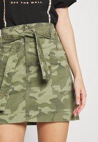 Hollister Co. - UHR CAMO TWILL TIE WAIST - Minifalda - olive camo - 4