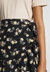 Hollister Co. - CHAIN RUFFLE WRAP MINI SKORT - A-line skjørt - black floral - 4