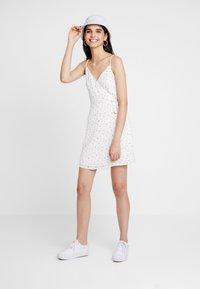 Hollister Co. - WRAP SHORT DRESS - Vapaa-ajan mekko - white ditsy - 2