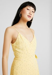 Hollister Co. - WRAP SHORT DRESS - Kjole - yellow - 4
