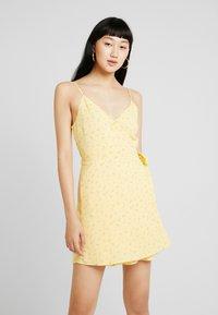Hollister Co. - WRAP SHORT DRESS - Kjole - yellow - 0