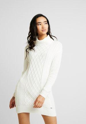 TURTLENECK DRESS - Pletené šaty - cream