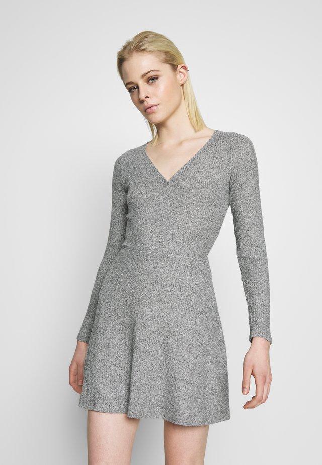 BRUSH DRESS - Stickad klänning - light grey
