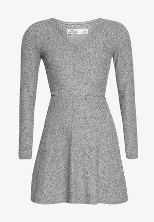 BRUSH DRESS - Pletené šaty - light grey