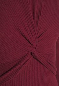 Hollister Co. - BRUSH - Pletené šaty - burg - 4