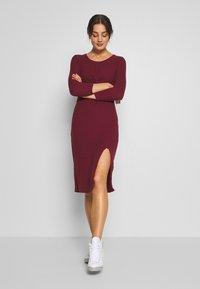 Hollister Co. - BRUSH - Pletené šaty - burg - 1