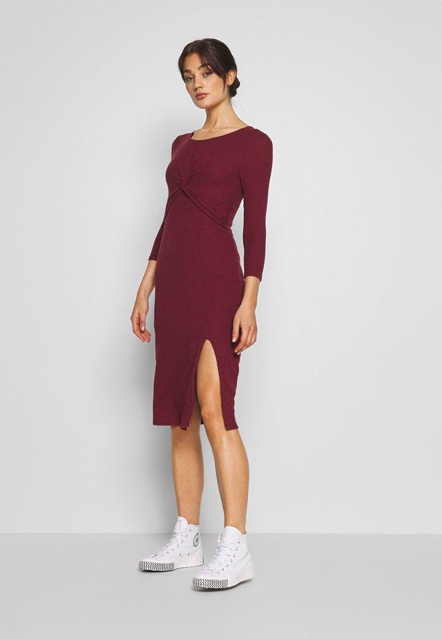 BRUSH - Stickad klänning - burg