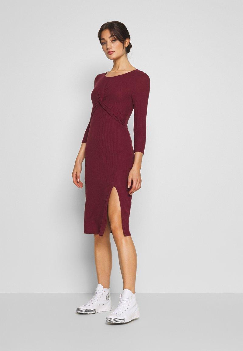 Hollister Co. - BRUSH - Pletené šaty - burg