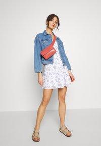 Hollister Co. - SMOCKED TIER BARE DRESS - Korte jurk - white ditsy - 1