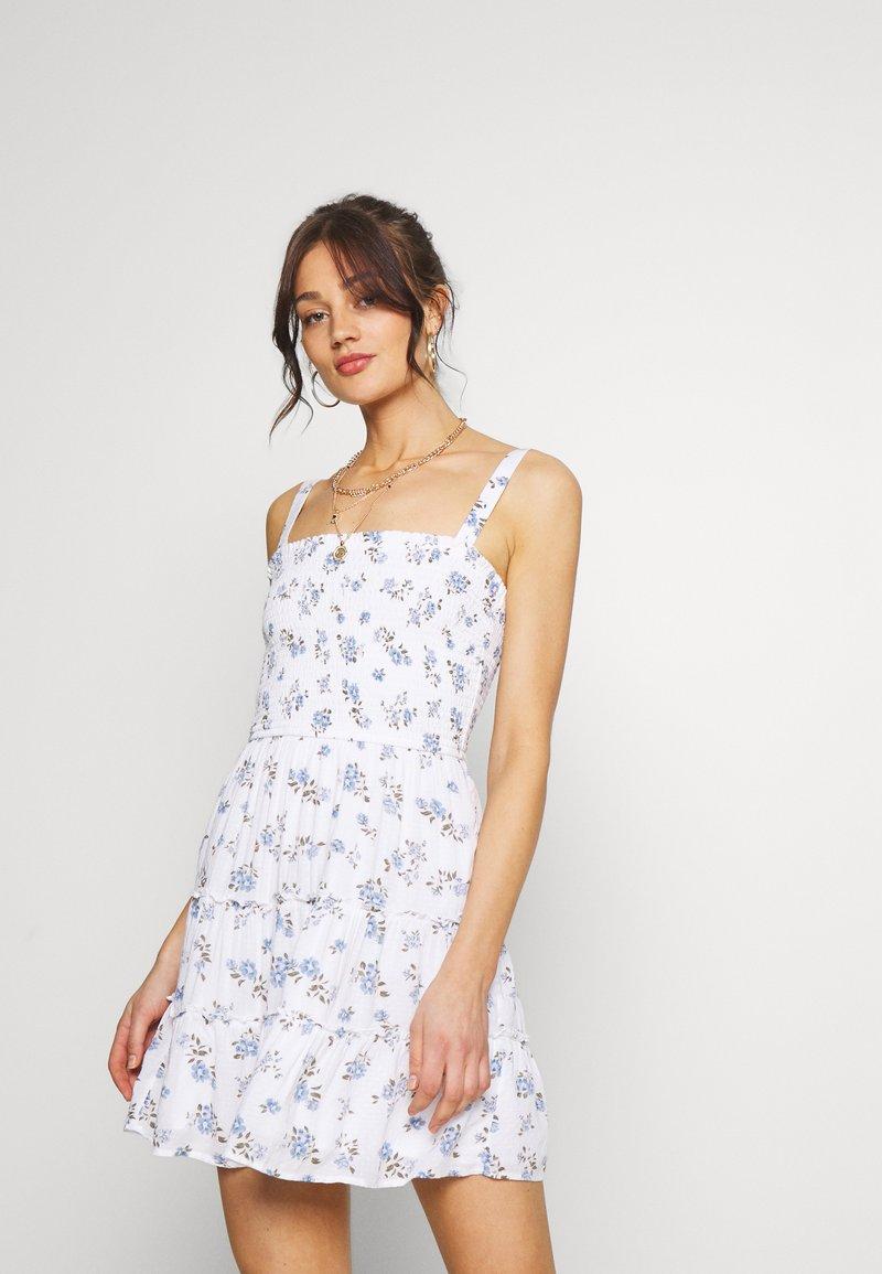 Hollister Co. - SMOCKED TIER BARE DRESS - Korte jurk - white ditsy