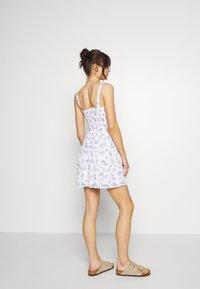 Hollister Co. - SMOCKED TIER BARE DRESS - Korte jurk - white ditsy - 2
