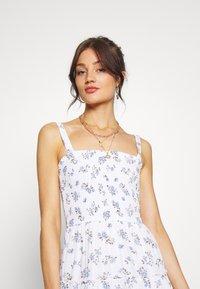 Hollister Co. - SMOCKED TIER BARE DRESS - Korte jurk - white ditsy - 4